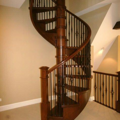 Dise os de escalera en espiral o caracol de metal y madera for Gradas de madera para escaleras