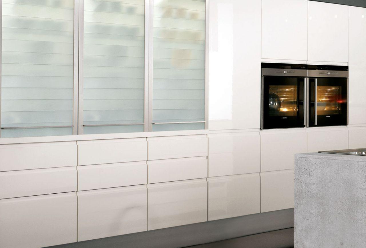 Design Inselküche Pura weiß glänzend mit Gris Molino - Marquardt ...