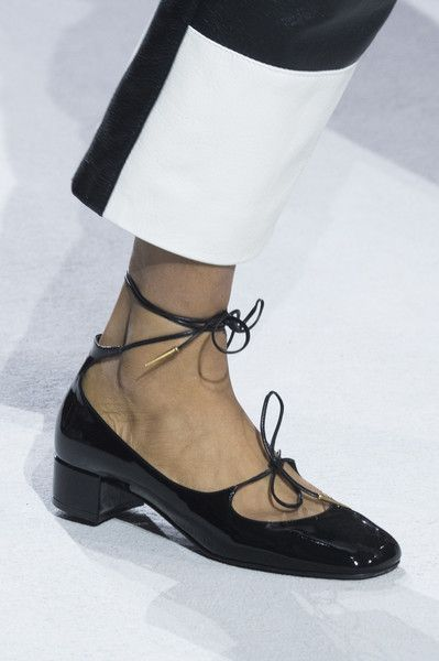 Christian Dior at Paris Fashion Week Spring 2018   Chaussures femmes ... f1b3d0c0585