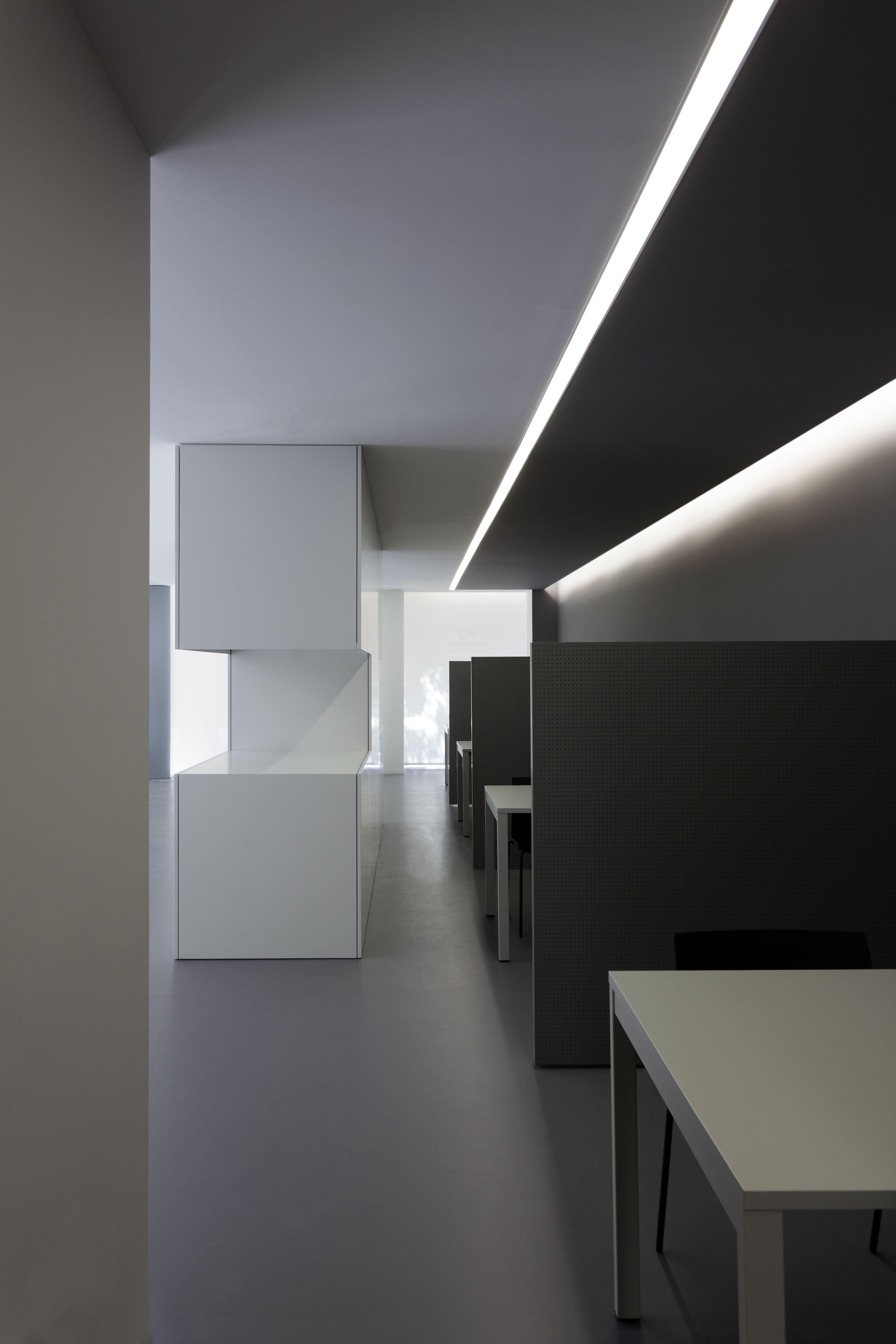 minimal office. #fransilvestrearquitectos #alfarohofmann #architecture #arquitectura # Minimal #office #space #lineallight #workspace #oficina #luz #white #interiordesign Office N