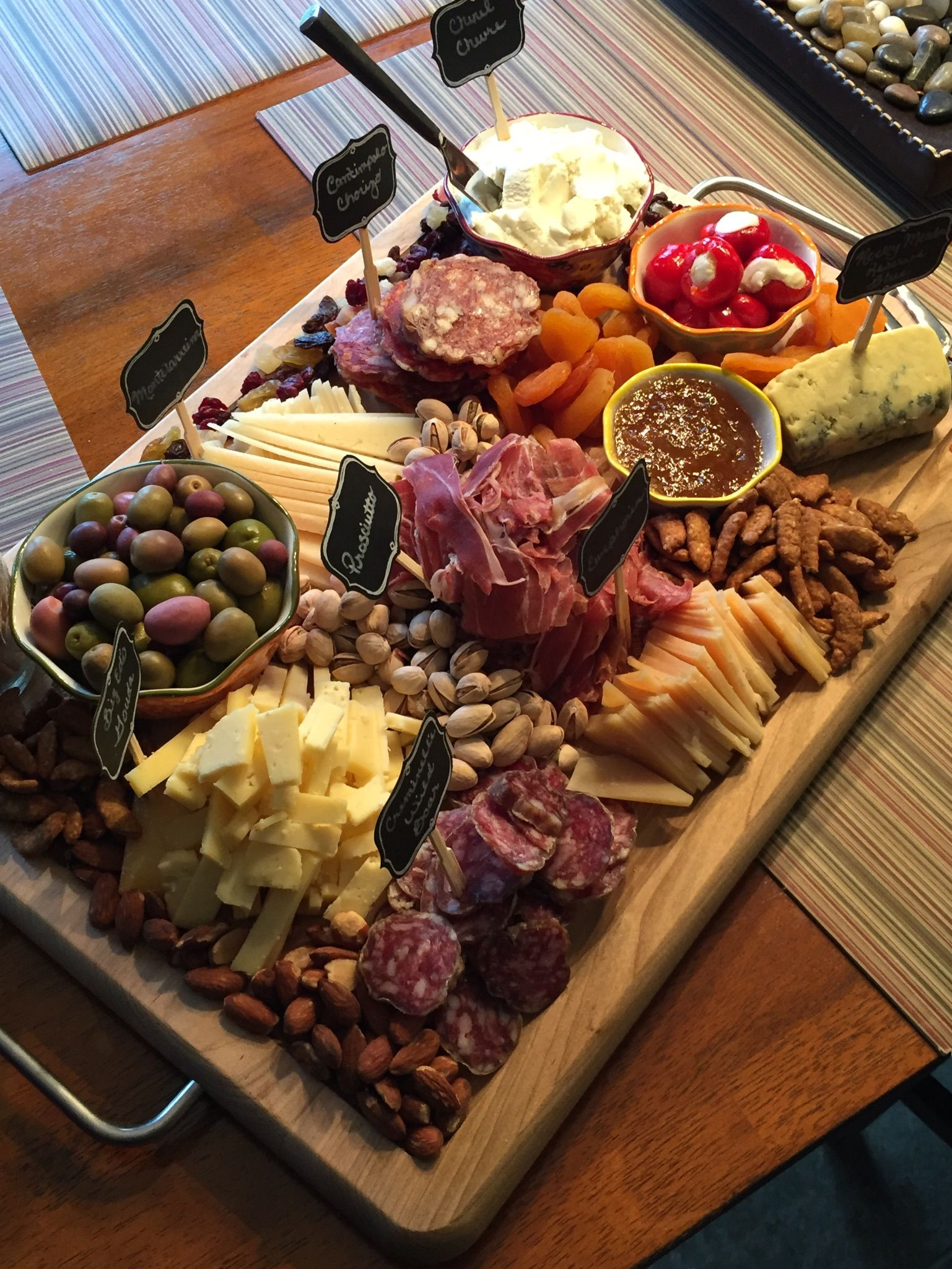 Gorgeous cheese and charcuterie board for New Year's Eve ...