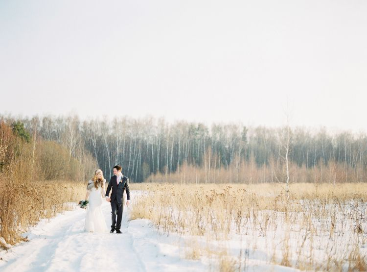 Beautiful winter wedding photograph of bride and groom | Fab mood #winterwedding #wintertale