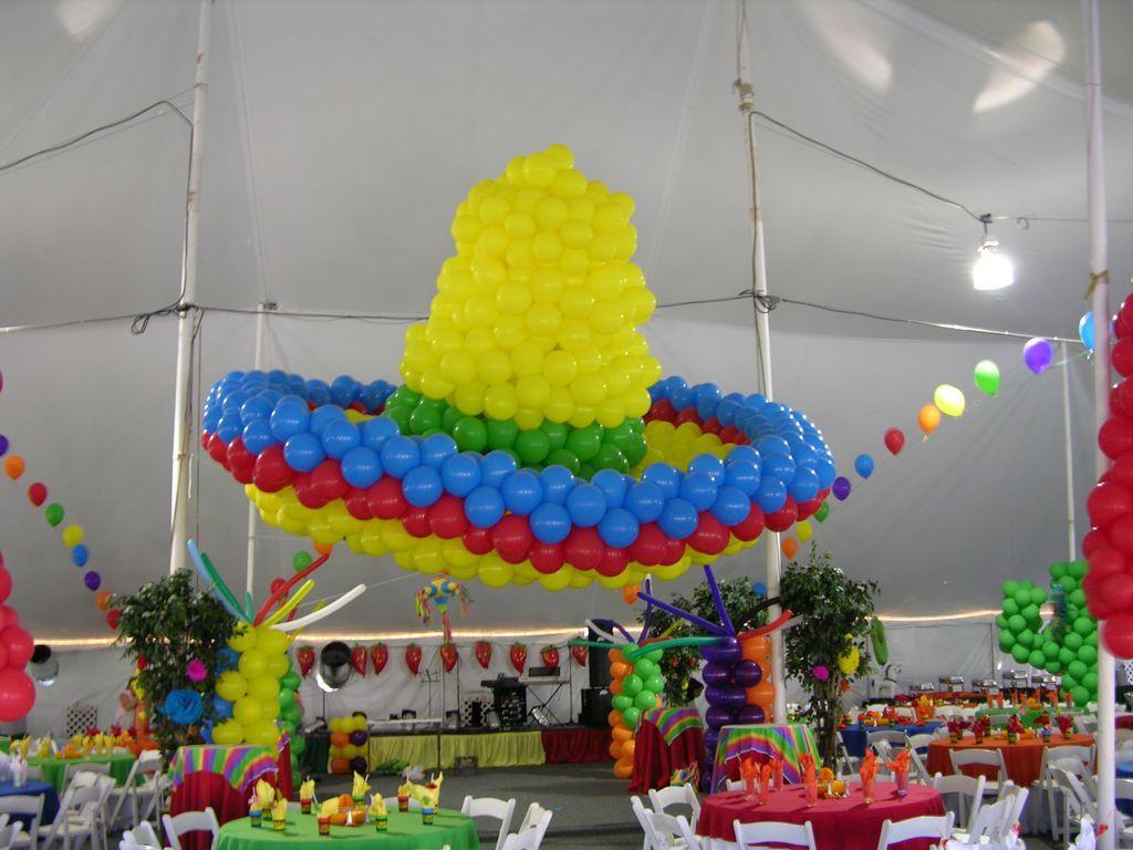 Escultura de globos con forma de sombrero mexicano para - Decoracion de sombreros ...