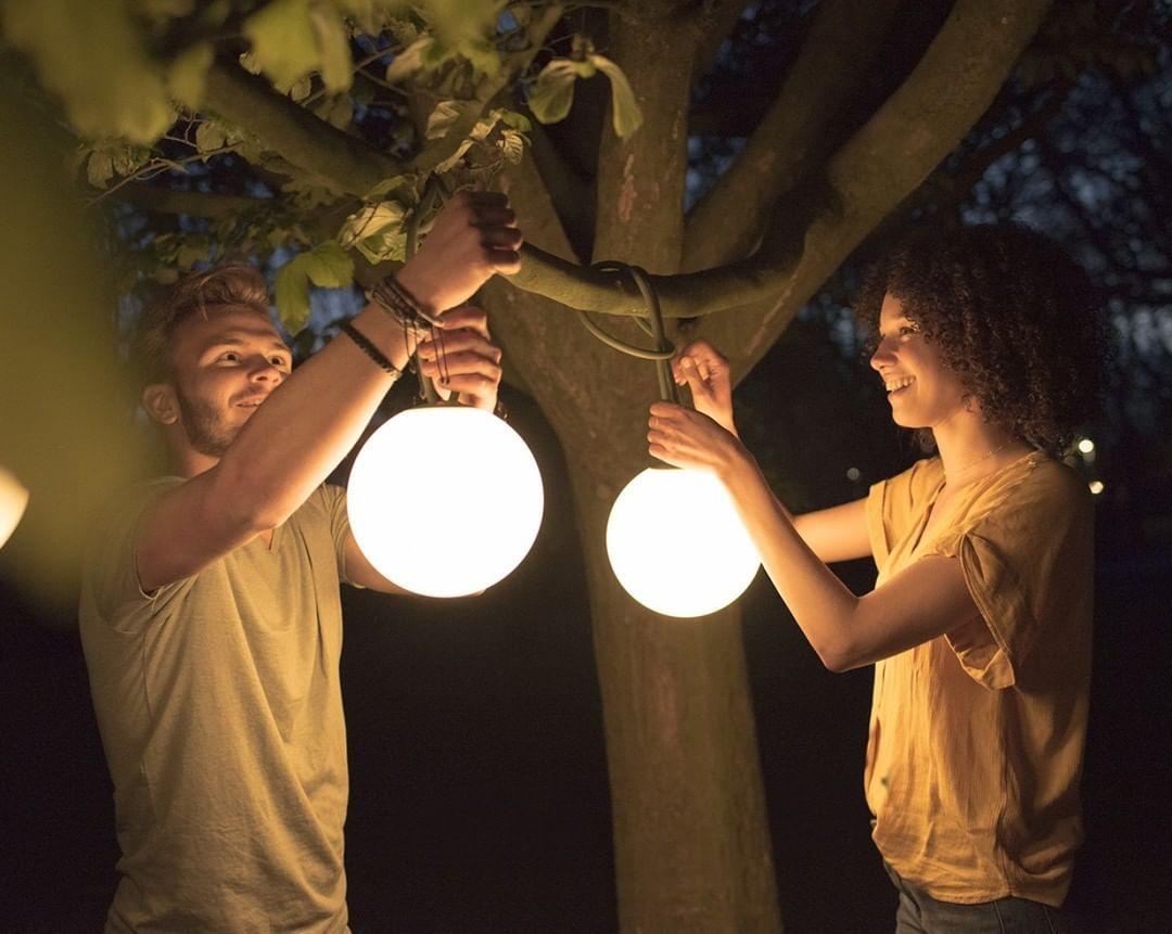 Una Lampara Inalambrica Colgante Luz Led Para Hacer Brillar Tu Terraza Fatboy Terraza Jardin De Lamparas Colgantes Iluminacion Exterior Luz Led