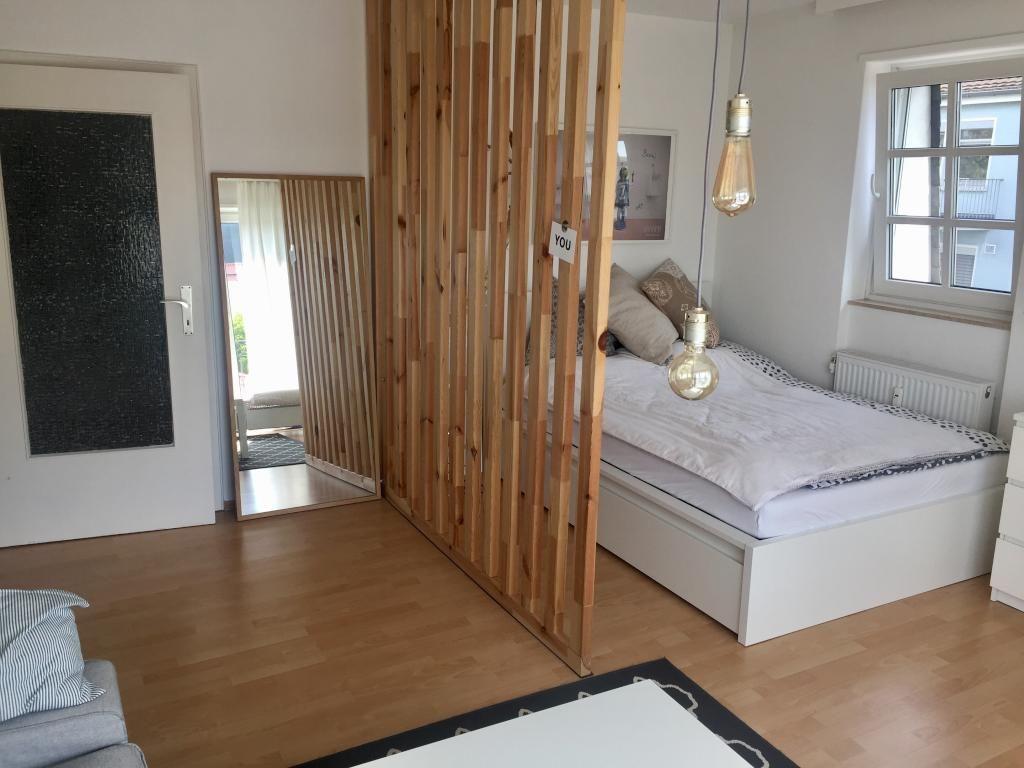 Stilvoller Raumtrenner Aus Holzlatten Diy Raumtrenner Selbstgemacht Einfach Wohnung 1 Zimmer Wohnung Wohnen