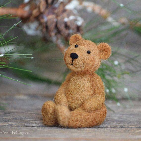 Filz-Projekt: Genießen Sie ein wunderbares Gefühl der Erfüllung, wenn Sie fertig sind machen dieses entzückende Bär. Jeder Bär fällt unterschiedlich, mit eigener Persönlichkeit, die Sie ihnen geben. Filzen ist ein einzigartiger Prozess, der sehr lebensechte Tiere führt. Die