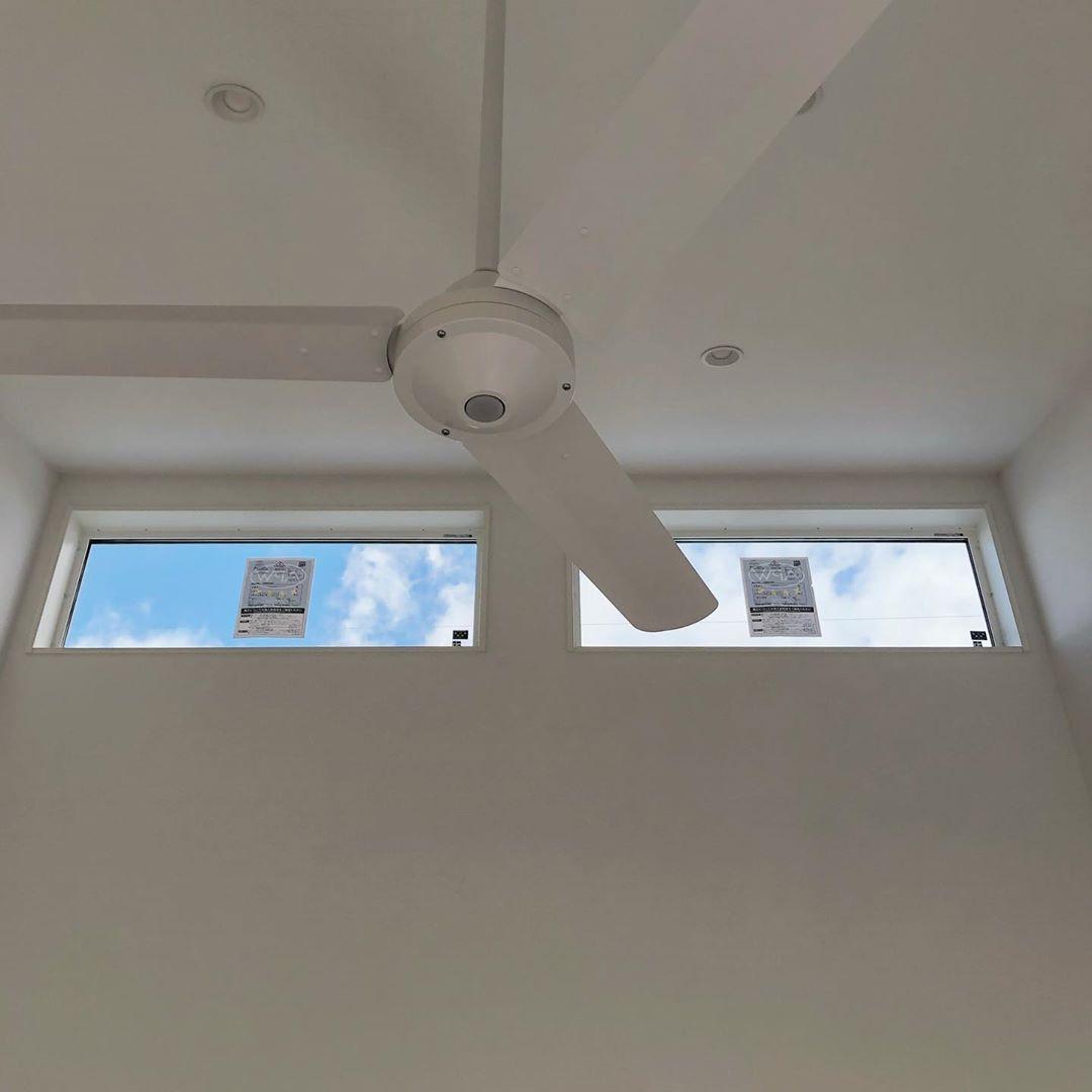 Saki On Instagram 勾配天井にはオーデリックのシーリングファンを 最初はカクカクした方の羽の多い方のブラック予定 だったんやけど途中でコロコロ心変わりしてして 最後に決めたのはシンプルにクロスの色と 馴染むよう同じオーデリックの3枚羽の