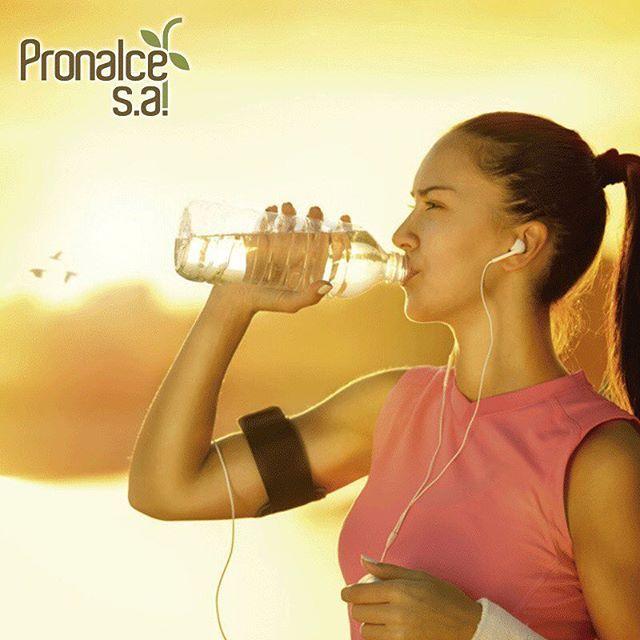 Una mala hidratación a la hora de realizar ejercicios no sólo puede afectar tu rendimiento sino que puede generar efectos negativos en tu salud como problemas en el ritmo cardíaco y presión arterial. Así que recuerda tomar agua o líquidos de reposición de electrolíticos antes, durante y después de cada entrenamiento. #TipsPronalce #Hidratación