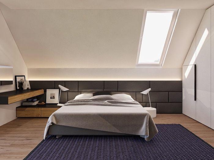 Bett Unter Dachschräge, Dunkellila Teppich, Weiße Wände, Boden Aus Holz,  Parkett