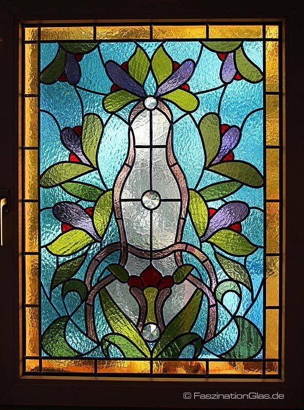 Elegantes Bleiglasfenster im Jugendstil