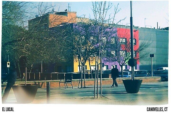 Edificio multicolor Canovelles