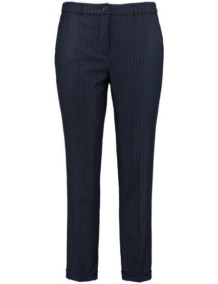 Een elegante zakelijke broek met fijne krijtstreep en
