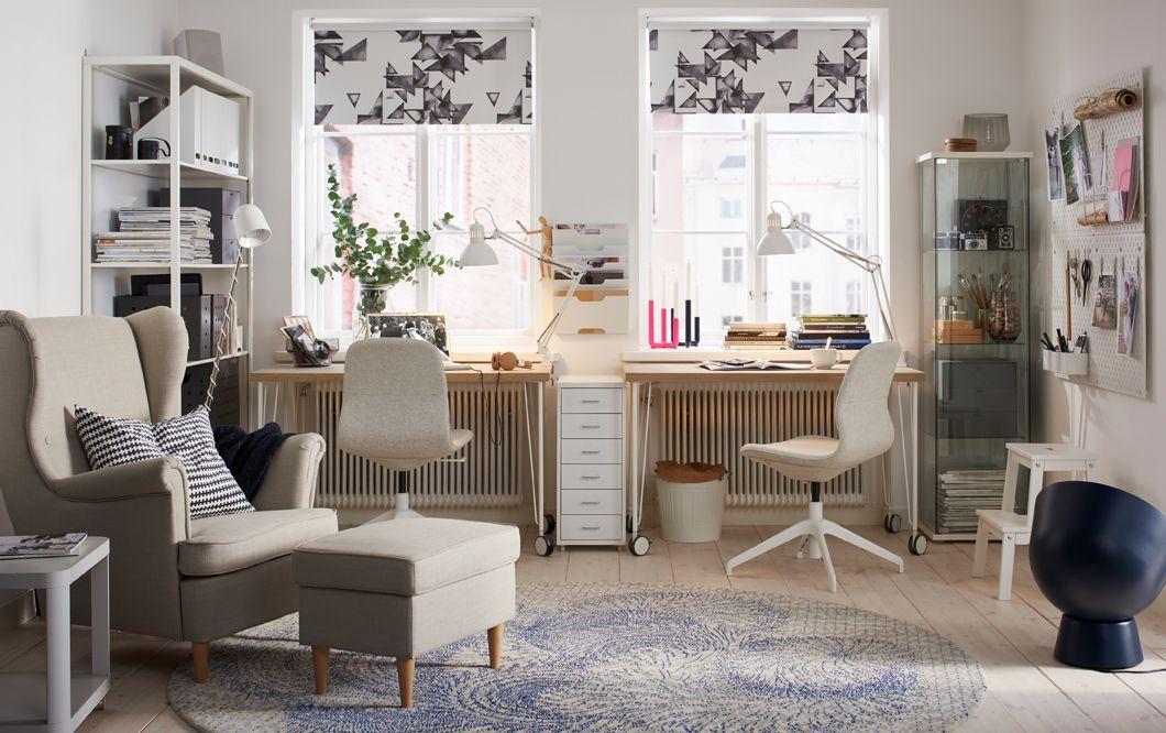 Un espace bureau beige et blanc dans un salon aux tons neutres