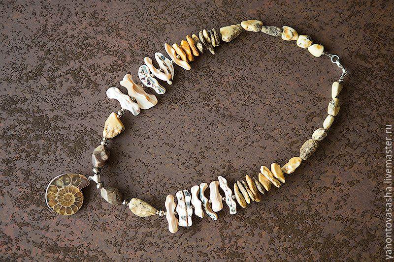 """Купить """"В эпоху динозавров..."""", колье и серьги с аммонитами - коричневый, аммонит, янтарь"""