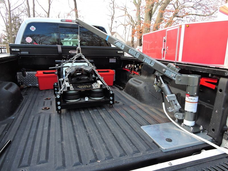 Truck bed mounted hoist for hitch removal hydraulic crane