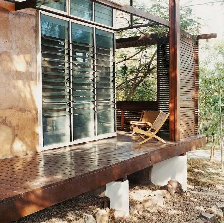 Sichtschutz mit Lamellen aus Glas und Holz für Terrasse und Garten - interieur mit holz lamellen haus design bilder