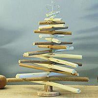 Árbol de Navidad con ramas recicladas.