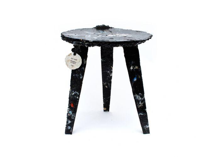 Sea Chair do Studio Swine - Um banquinho fabricado com dejetos de plástico dos mares. Projeto de open design para ser fabricado em mini-fábricas instaladas em barcos de pesca.