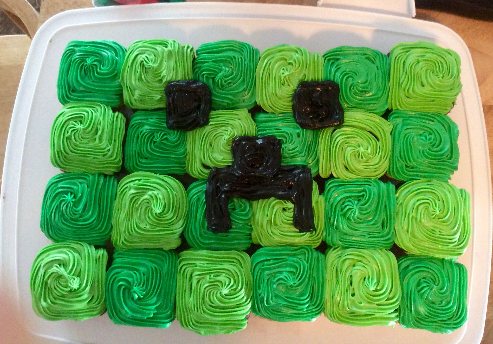 Minecraft Creeper Cupcake Cake With Images Minecraft Cupcakes