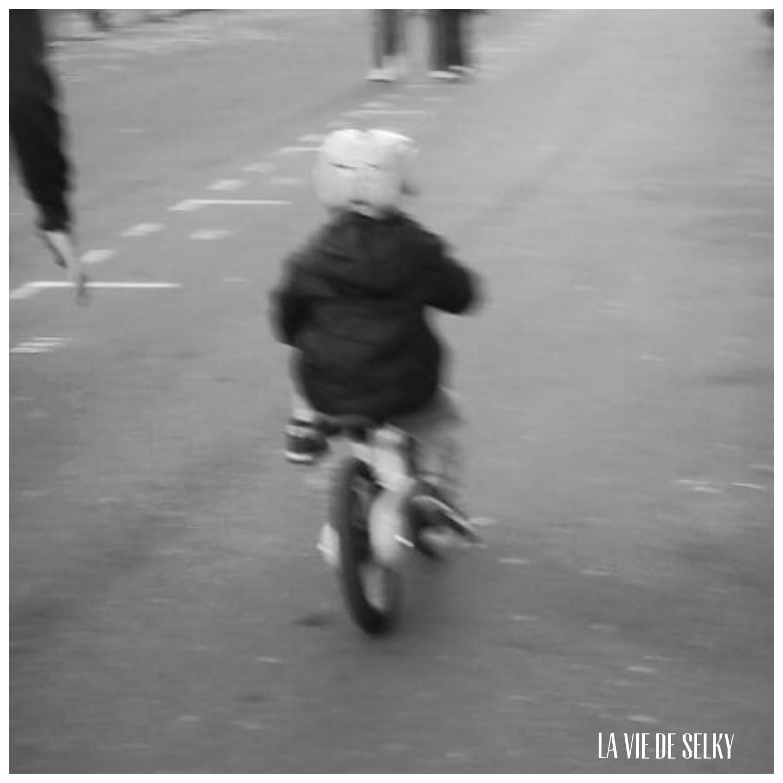Hier, pour la première fois, Selky a vu son ptiQ faire du vélo. Du petit vélo bleu Némo sans les roulettes. Comme ça, d'un coup, comme un champion...