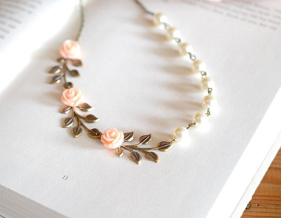 Se trata de un brazalete inspirado, romántico vintage y la naturaleza. Se hace de perlas de Swarovski marfil y una hoja de latón envejecido. Una flor de resina rosa melocotón se establece firmemente en la hoja. Cadena de acoplamiento de bronce bellamente martillado con una pequeña perla se agrega a un lado de la pulsera para que no se puede ajustar fácilmente la longitud para mejor ajuste de la muñeca. Longitud: ajustable entre 6 pulgadas y 9 pulgadas (15cm-23 cm) Perlas: 6mm Flores de…