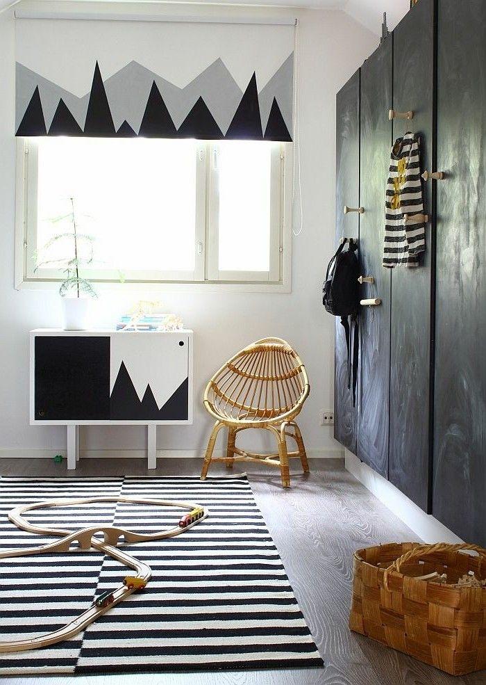 porte de placard en bois de couleur noir dans le salon moderne