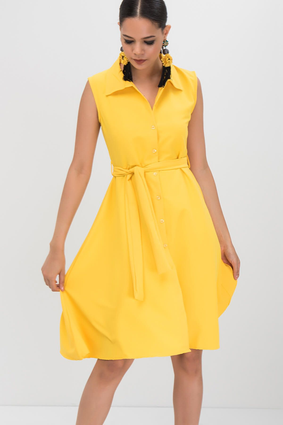 2020 Yazlik Sari Elbise Modelleri Kisa Kolsuz Yakali Onden Dugmeli Kumas Kemerli Elbise Modelleri Sari Elbise Elbise