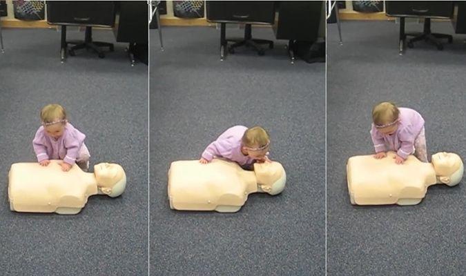 Video: Mẹ ngạc nhiên khi thấy em bé thực hành hô hấp nhân tạo thành thục