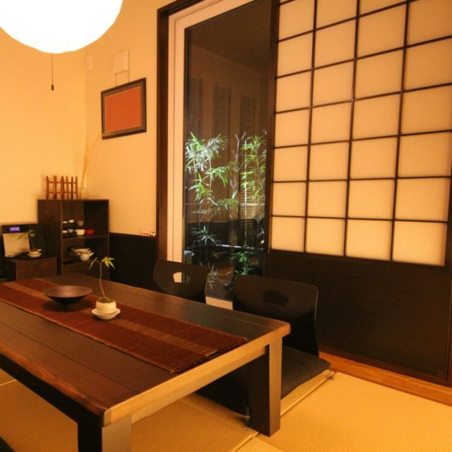 15 Peaceful Asian Living Room Interiors Designed For Comfort: 和室/竹のライトアップ/居酒屋風の和室~♪/畳/Overviewのインテリア実例 -2015-06-06 09:46