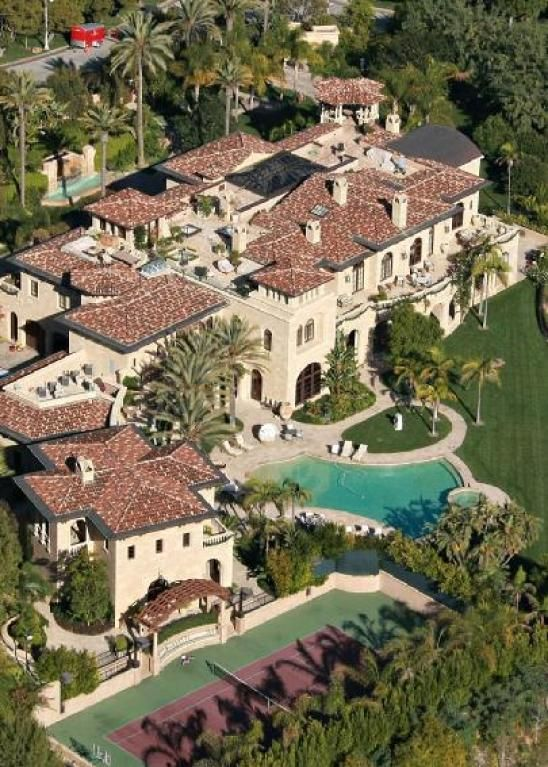 Beach Houses Luxurious Mansions In Los Angeles Own Islands And Ecologically Built Houses With Enormous Pools Thi Mansions Celebrity Mansions Celebrity Houses