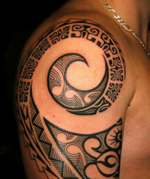 sur l 39 paule d 39 un homme tatouage maori repr sentant un. Black Bedroom Furniture Sets. Home Design Ideas