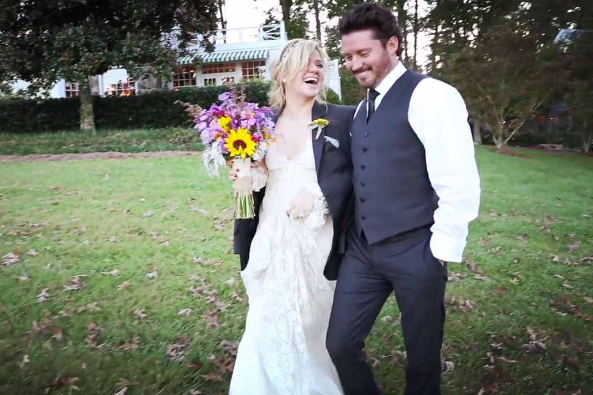 Kelly Clarkson Takes Canoe Ride With Husband In Wedding Video Kelly Clarkson Wedding Wedding Video Celebrity Weddings