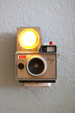 Vintage camera nightlight. Cool idea. I have a few relatives who are camera junkies; this one is for them!