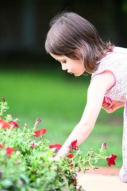 素材 子供 高画質 外人 可愛い 花 可愛い外国人キッズ 可愛い花