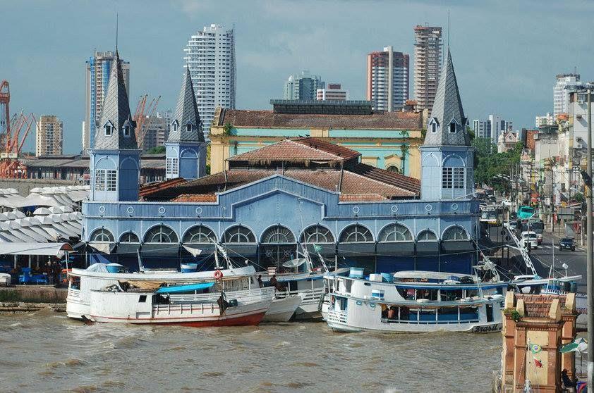 O Mercado Ver-o-Peso é uma dessas maravilhas para se passar um bom tempo perambulando entre as banquinhas de peixes ou de artesanatos. Brasil.