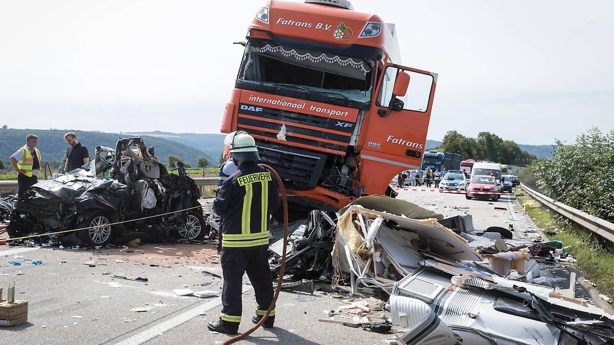 Bis zur Unkenntlichkeit zerstört: Lastwagen überrollt Wohnwagen-Gespann