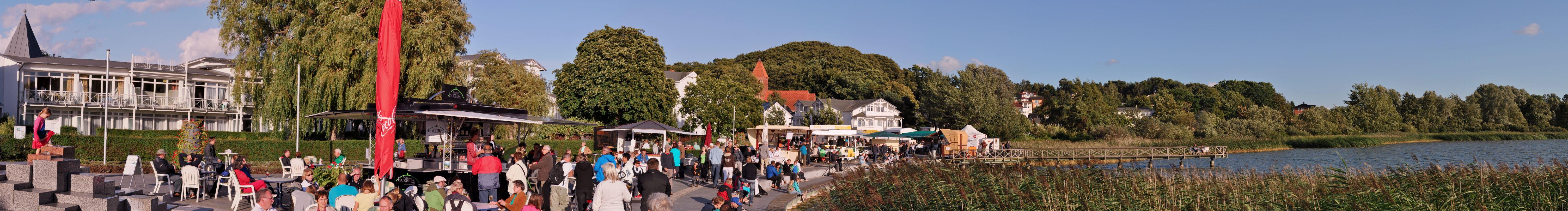 Noch bis zum 20. August 2013 findet an der Promenade am Schmachtensee das Weinfest Binz statt! Hier präsentieren Winzer aus ganz Deutschland ihre Weine und kulinarische Leckerbissen. Für ein kulturelles Programm wird jeden Abend von 19 - 22 Uhr auf der Bühne gesorgt...  Vorbeischauen lohnt sich!