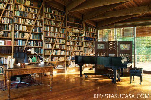 ¿Una casa en la playa llena de libros? no podía ser más perfecto :)  vía Revista Su Casa
