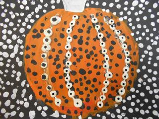 creant carbasses a l'estil de Yayoi Kusama