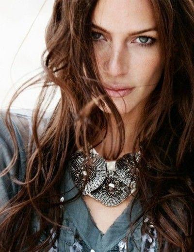 Femme qui joue avec son collier