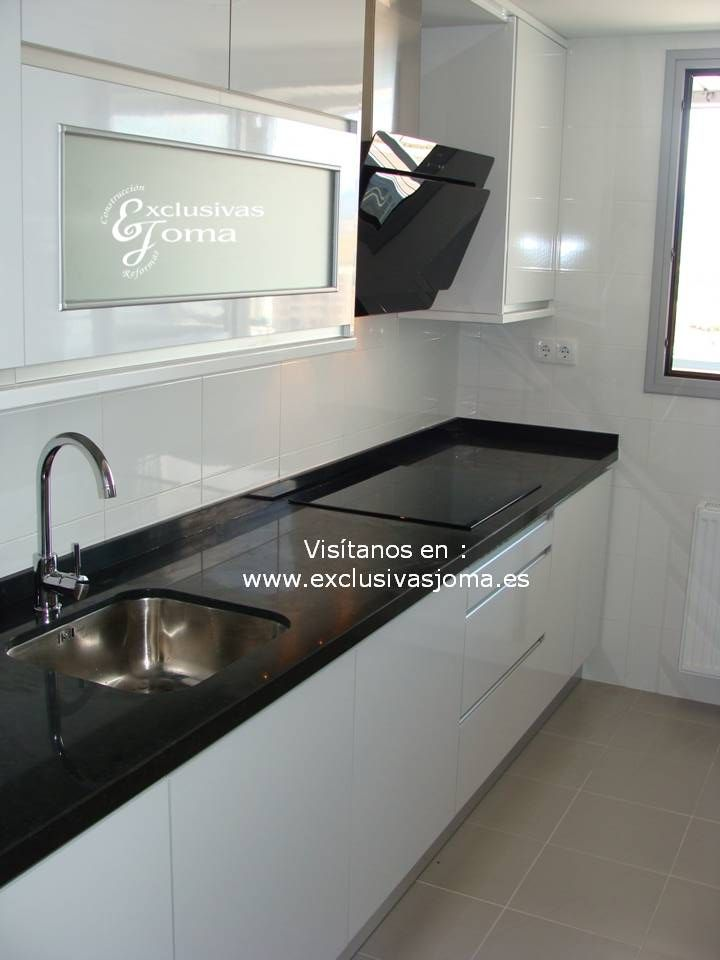 Realizaci n de muebles de cocina en blanco alto brillo con for Cocinas blancas con granito