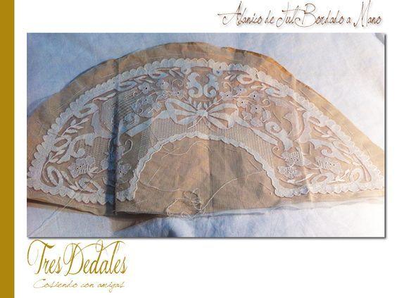 Tres dedales: Abanico de Tul bordado a mano: cosiendo