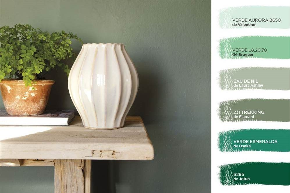 Montaje foto con pared verde, consola de madera y jarrones y gama