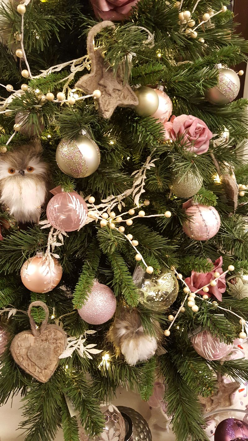 With our romantic pastels collection your Christmas tree will look stunning, glamorous and sweet. Pastel shades are the ideal color choices if you want something subtle and trendy. #kerstboomversieringen2019