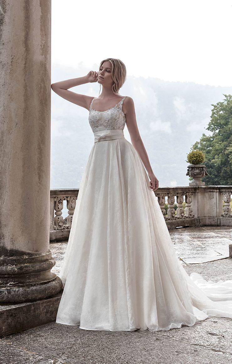 Maison Signore è una casa di moda specializzata in ingrossi di abiti da sposa per atelier.