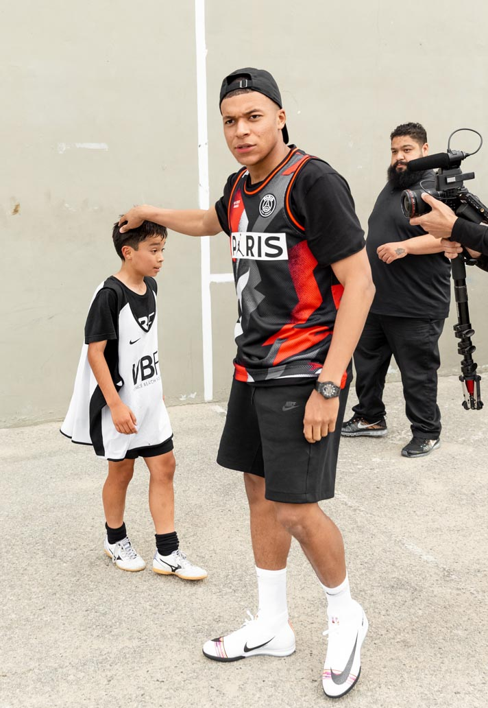 Kylian Mbappe Debuts Psg X Jordan Collection At Venice Beach Soccerbible In 2020 Psg Nike Looks Nike World