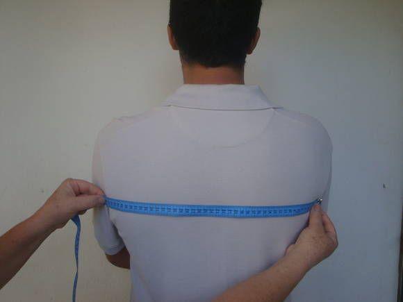 Entre cava costas - comece segurando o cotovelo (como mostra a foto) nesta posição, meça  o espaço entre as duas cavas, na parte mais larga.   Ombro a ombro - Meça o espaço entre as duas cavas na parte mais alta,  esta medida evita que a manga fique caida.  Comprimento da manga - Meça com o braço levemente erguido.  Ombro - meça do pé do pescoço ate o fim do ombro onde a fita começa a descer;  Se você gostou das sugestões curta nossa pagina.