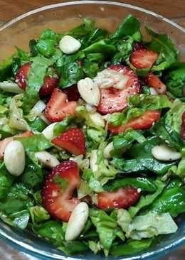 Ensalada verde con frutillas y almendras (con tip)