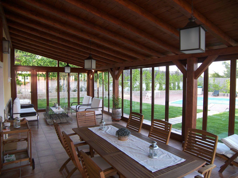 Cerramientos de terrazas con acabado especial color madera for Especial terrazas