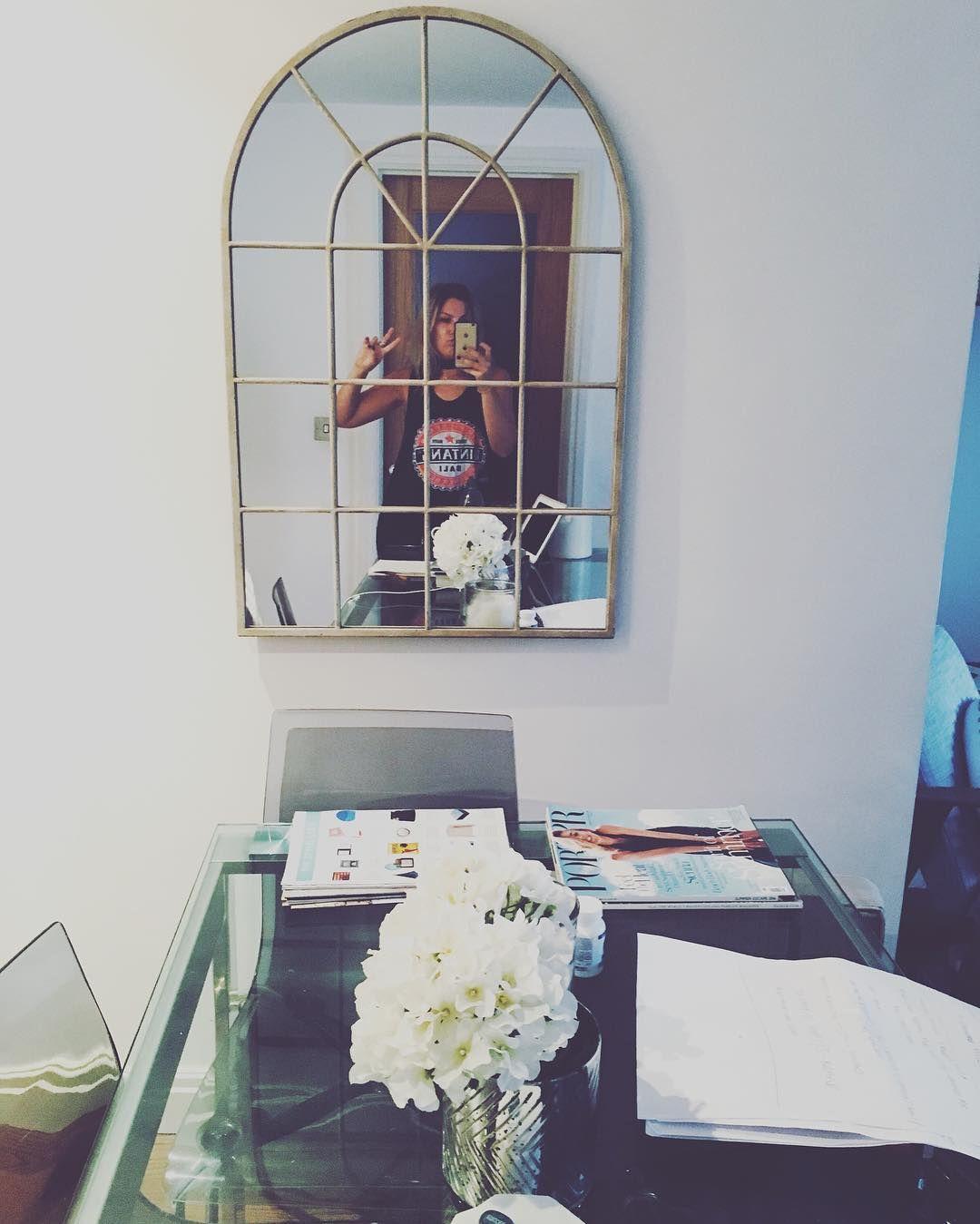 Laters Friday ✌🏼️ #laptopclosed  #owt #girlboss #homeoffice #friday #bankholidayweekend #sunshine #interiorblog #fblog #fblogger #fashionblogger #fashionblog #interiordesign #entrepreneur #homeblog #interiors #messydesk #stylist #bankholiday #bankhol